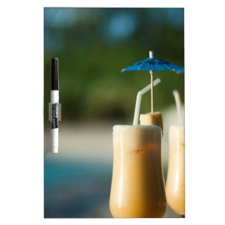 Cócteles tropicales para dos pizarras blancas de calidad