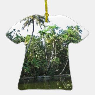 Cocunut y otros árboles acercan a la laguna del adorno de cerámica en forma de camiseta