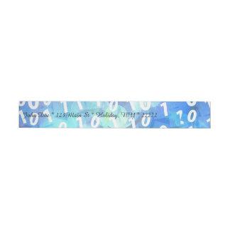 Código binario en azul y púrpura etiquetas postales