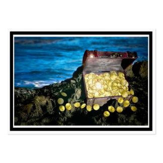 Cofre del tesoro del oro en las rocas tarjetas de visita grandes