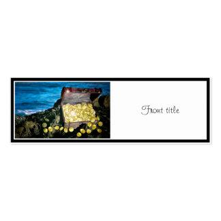 Cofre del tesoro del oro en las rocas tarjetas de visita mini