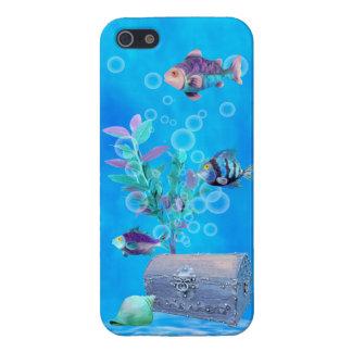 Cofre del tesoro y pescados del bonito en el océan iPhone 5 fundas