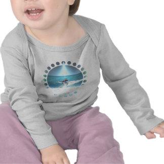 Cogida de la camiseta del niño de la resaca