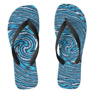 Cogida de los flips-flopes azules de la onda