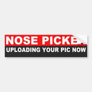Cogido escogiendo la nariz en coche pegatina para auto