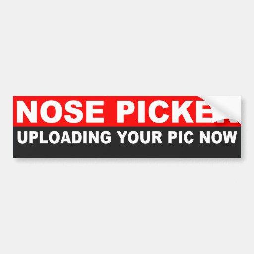 Cogido escogiendo la nariz en coche etiqueta de parachoque