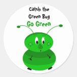 Coja el insecto verde pegatina redonda