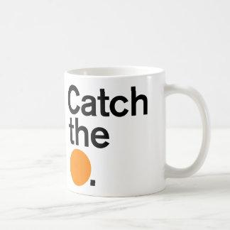Coja la taza anaranjada