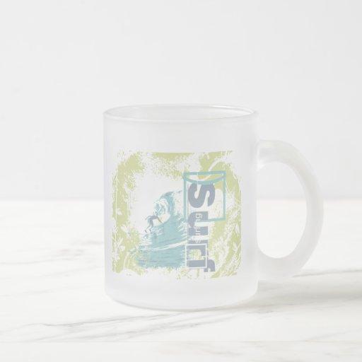 Coja las camisetas que practican surf y los regalo taza de café