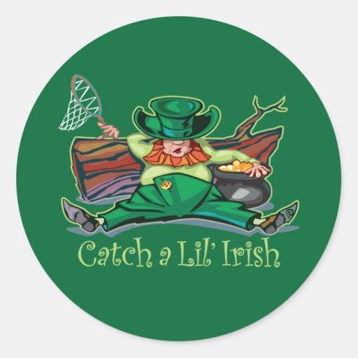 Coja un Leprechaun irlandés Pegatina Redonda