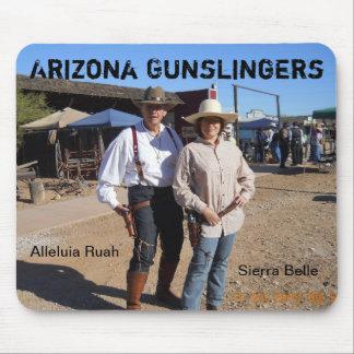 Cojín de ratón que ofrece a dos Gunslingers Tapetes De Raton