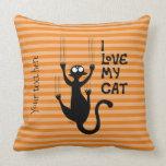 Cojín Decorativo Un gato travieso rascando la pare Throw Pillow