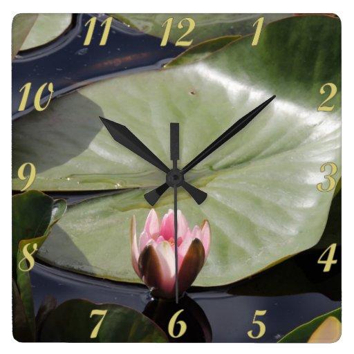 Cojín y flor de lirio reloj cuadrado