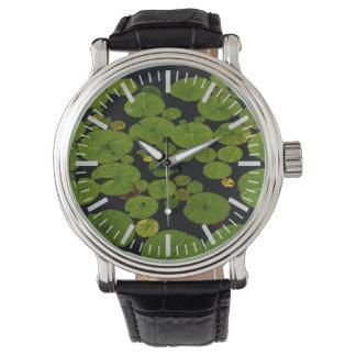 Cojines de lirio verdes claros reloj de mano