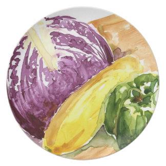 Col púrpura, calabaza y pimienta verde en cortar a plato para fiesta