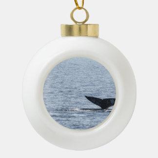 Cola de la ballena gris adorno de cerámica en forma de bola