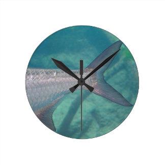 cola de la carpa en imagen del animal de los reloj redondo mediano