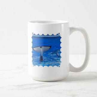 Cola de una taza de café de la ballena