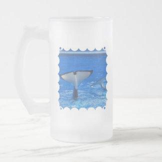 Cola de una taza de cerveza helada ballena