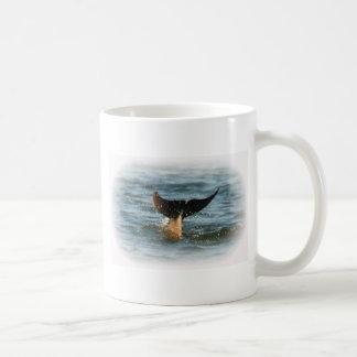 Cola del delfín para arriba taza de café