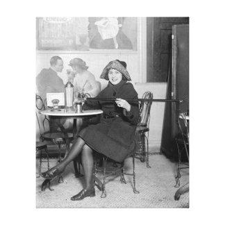 Colada de una bebida de un Flask ocultado, 1922 Lona Estirada Galerias