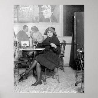 Colada de una bebida de un Flask ocultado, 1922 Póster