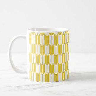 Colas amarillas y blancas de la flecha taza básica blanca