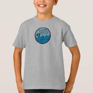 Colas gemelas de la camiseta del muchacho del playeras