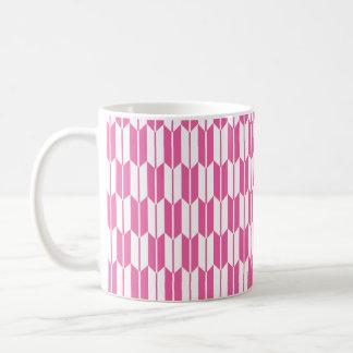Colas rosadas y blancas brillantes de la flecha taza básica blanca