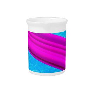 Colchón de aire rosado en el agua de la piscina jarrones