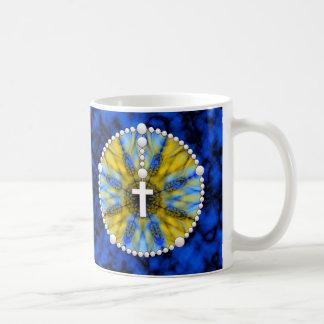 Colector amarillo y azul del sueño del rosario taza básica blanca