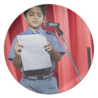Colegial pronunciar discurso en una etapa platos