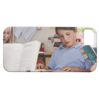 colegiala que concentra en la lectura en clase iPhone 5 fundas