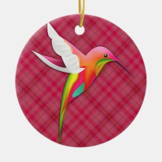 Colibrí colorido con la tela escocesa rosada viva adorno navideño redondo de cerámica