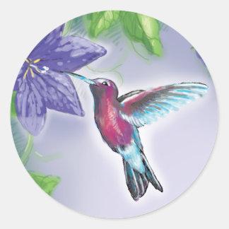 colibrí colorido elegante y flores púrpuras pegatina redonda