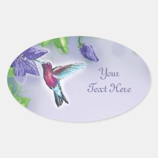 colibrí colorido elegante y flores púrpuras pegatina ovalada