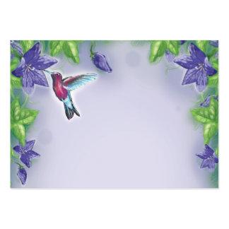 colibrí colorido elegante y flores púrpuras tarjeta de visita