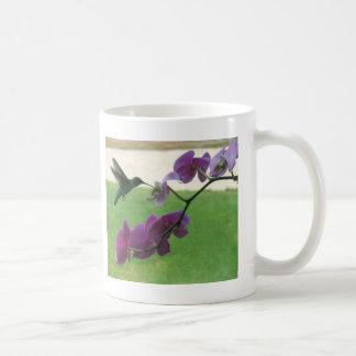 Colibrí con la orquídea taza básica blanca