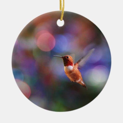 Colibrí del vuelo y fondo colorido adorno navideño redondo de cerámica