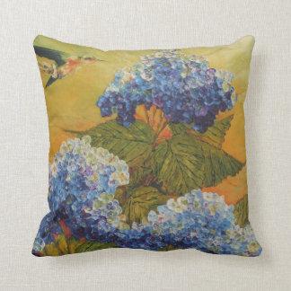 Colibrí y almohada de tiro azul del Hydrangea