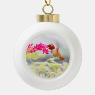 Colibrí y flores del vuelo adorno de cerámica en forma de bola