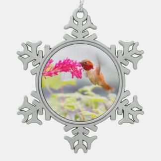 Colibrí y flores del vuelo adorno de peltre en forma de copo de nieve
