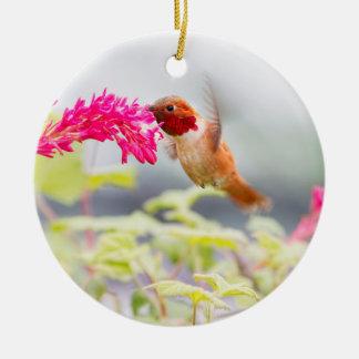 Colibrí y flores del vuelo adorno navideño redondo de cerámica