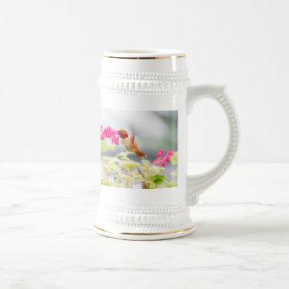 Colibrí y flores del vuelo jarra de cerveza