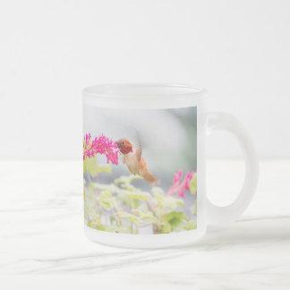 Colibrí y flores del vuelo taza de cristal