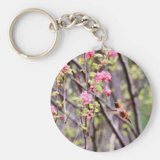 Colibrí y flores rosadas llavero personalizado