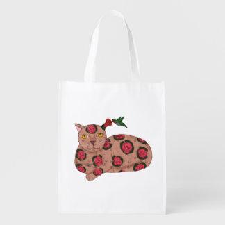 Colibrí y gato con el bolso de ultramarinos del oí bolsa para la compra