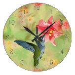Colibrí y lirio rosado en estampado de flores reloj