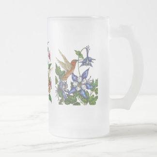 Colibríes con las flores jarra de cerveza esmerilada