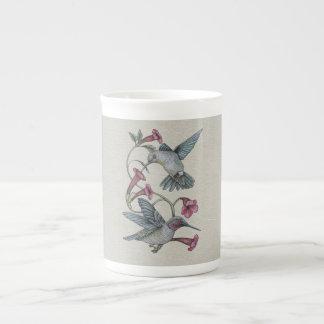 Colibríes y vid taza de porcelana